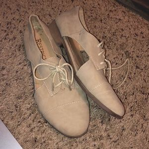 Restricted beige oxfords with side cut out